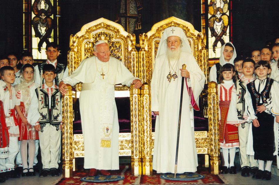 Nous voyons sur cette photo Jean-Paul II avec le patriarche schismatique Teoctist s'asseyant sur des chaires à hauteur égale