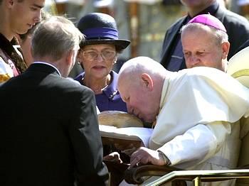 Jean-Paul II vénérant un morçeau de pain ?!