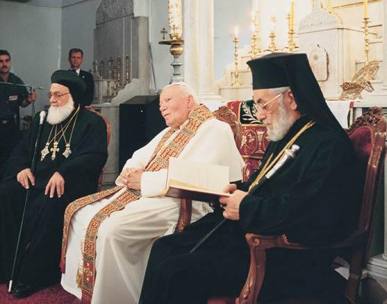 Jean-Paul II dans la cathédrale syriaque « orthodoxe » Saint-Georges avec les patriarches schismatiques Zakka I et Ignace IV, en 2001.