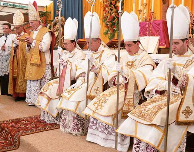 Mgr Lefebvre (fondateur de la FSSPX) et les quatre évêques qu'il consacra le 30 juin 1988