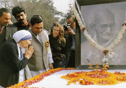 Mère Teresa vénérant l'hindou Gandhi