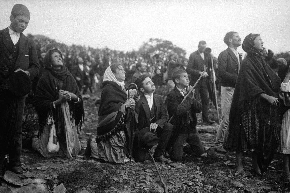 Deux photos de la foule stupéfaite à Fatima le 13 octobre 1917, témoignant du miracle prédit par Notre-Dame de Fatima