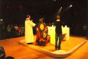 Le retournement de l'autel, et son remplacement par une table qui fait face à l'homme, substitue au culte de Dieu le culte de l'homme.
