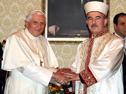 L'antipape Benoît XVI et Ali Bardakoglu, le président du département des affaires religieuses de la république de Turquie