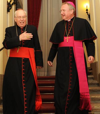 Un cardinal vêtu d'écarlate et un évêque vêtu de pourpre
