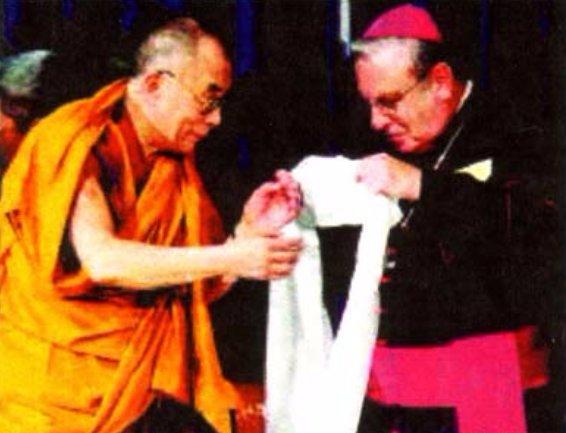 L' « évêque » américain de Buffalo se fait habiller par le Dalaï-lama lors d'une cérémonie interreligieuse apostate.