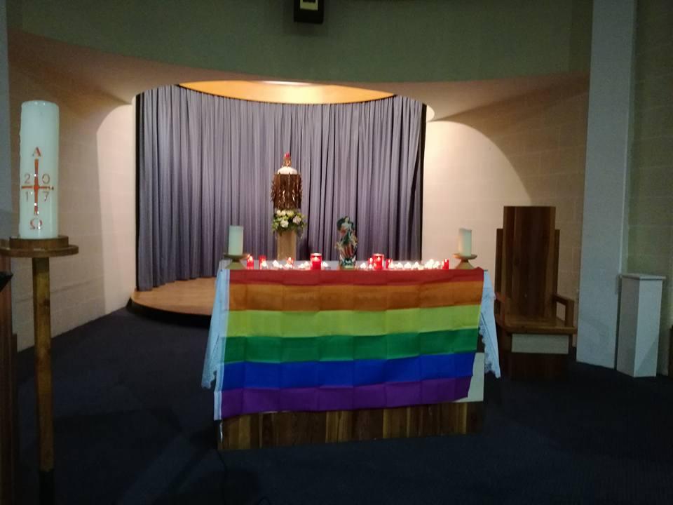 Drapeau arc-en-ciel (pro-gay) pour la Nouvelle Messe