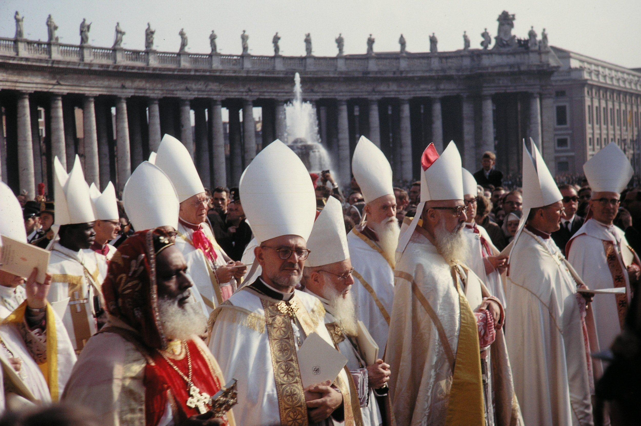 Evêques à Rome sur la place Saint-Pierre au « concile » Vatican II, en 1961
