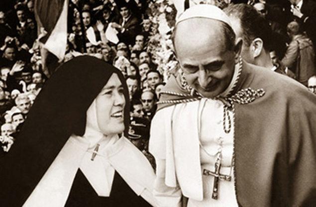 La fausse sœur Lucie, sortie de derrière sa grille pour être montrée au monde entier à Fatima, en 1967, avec son camarade conspirateur, l'antipape Paul VI – pour approuver la nouvelle religion, sa destruction de la Tradition, sa promulgation de Vatican II, et son échec à révéler le Troisième Secret