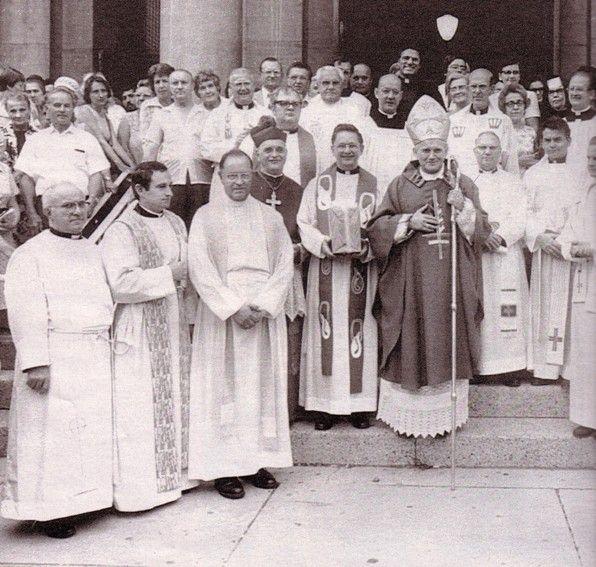 Jean-Paul II, avant de devenir antipape, portant sur son vêtement une croix inversée