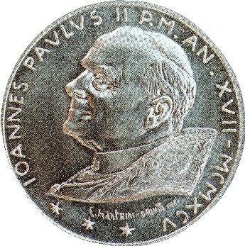 Ceci est une pièce de monnaie commémorative avec l'image de Jean-Paul II, qui a été émise par le Vatican. Notez les 3 étoiles avec chacune six pointes, qui vous donne : 6, 6, 6.