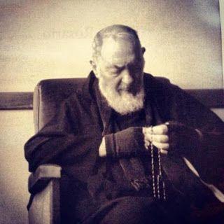 Padre Pio tenant un chapelet à la main