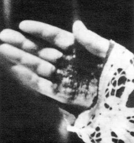 Une image de la main droite stigmatisée de Padre Pio prise durant la Messe