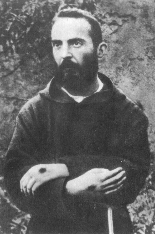 Par obéissance, Padre Pio montre ses stigmates en 1918