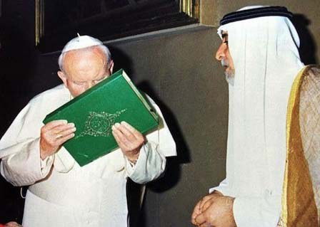 L'antipape Jean-Paul II qui embrasse le Coran