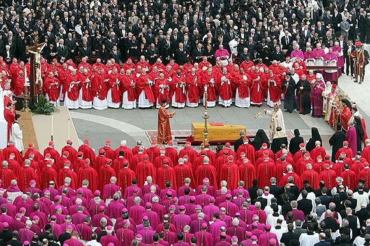 Cardinaux (vêtu d'écarlate en haut) et évêques (vêtu de pourpre) en bas, au Vatican