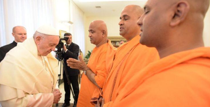 L'antipape François reçoit le « livre sacré » des bouddhistes et l'appelle « précieux, »